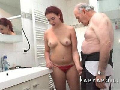 Papy mate un jeune couple avant de se faire pomper le dard dans la salle de bain | -couple-grandpa-